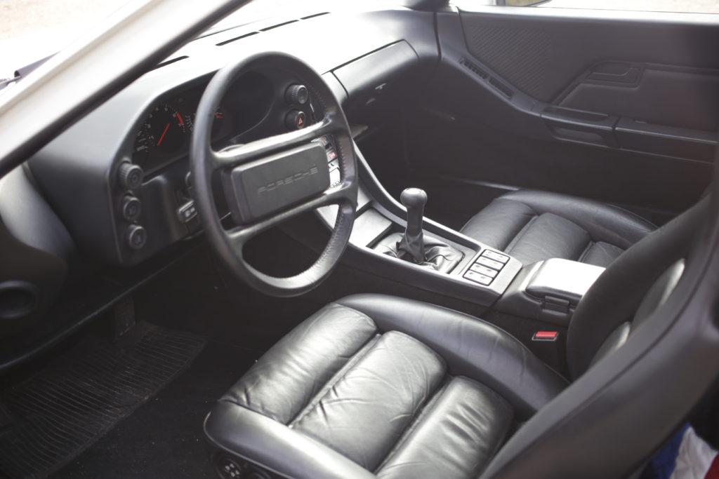 PORSCHE 928 S, Stuttgart invente une GT qui casse les codes.